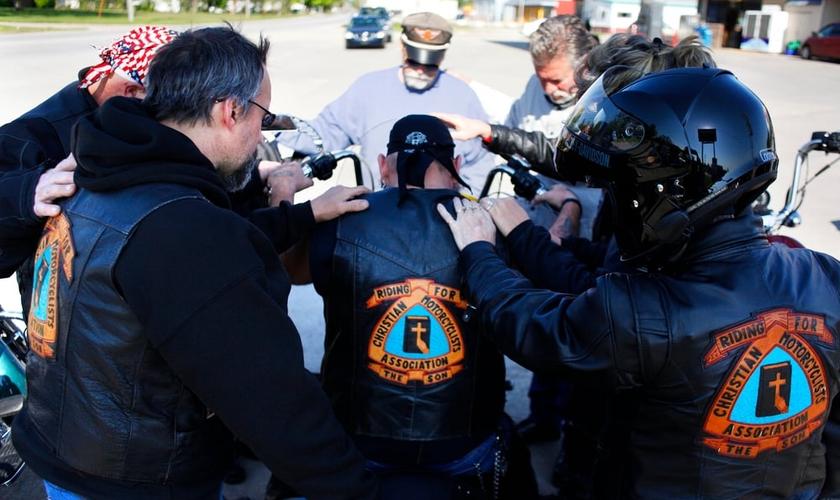 Grupo de motociclistas cristãos durante oração. (Foto: Christian Motorcyclists Association)