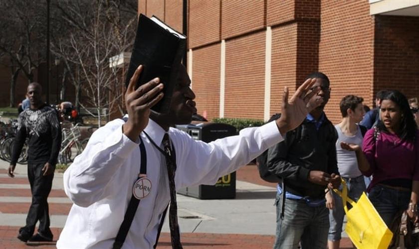 Chike está arquivando um processo contra a faculdade com o apoio da Aliança em Defesa da Liberdade. (Foto: Reprodução).