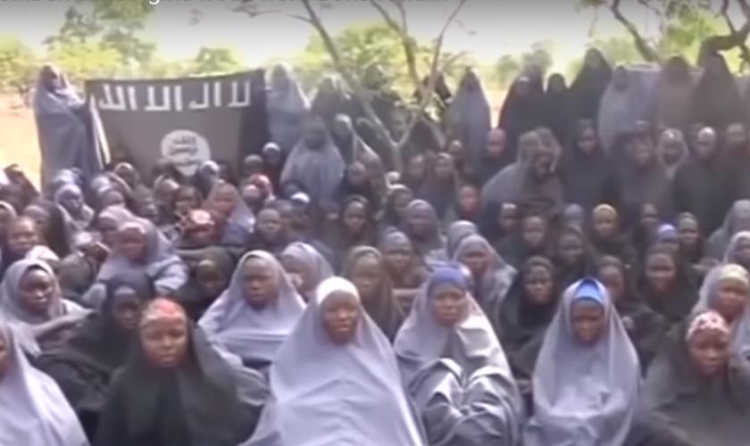 As 82 garotas libertas foram recebidas no último domingo (7) em Abuja, capital da Nigéria. (Foto: Reprodução).