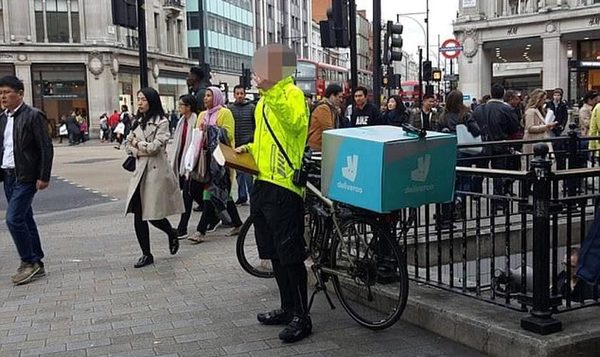 Um motorista decidiu fazer uma pausa no centro de Londres para pregar. (Foto: Mercury Press & Media)