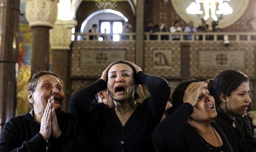 Cristãos coptas choram a morte de parentes e amigos após ataques do Estado Islâmico. (Foto: Reuters)