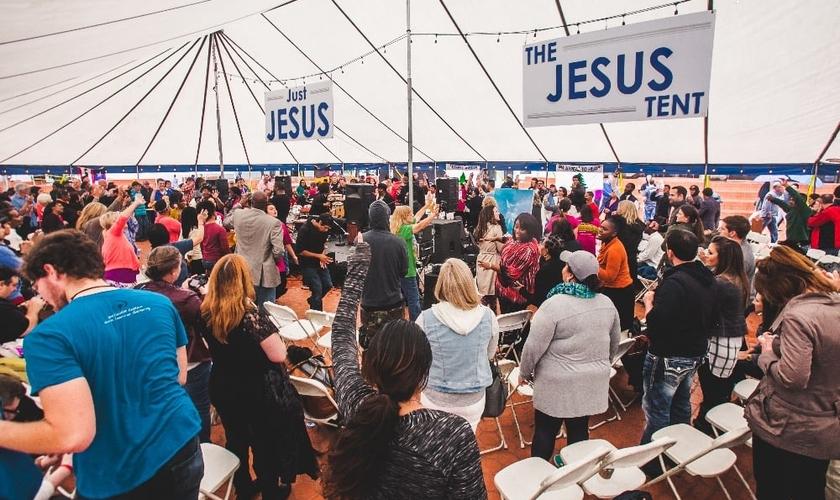 O evento contou com 80 horas de oração, sem qualquer interrupção. (Foto: Reprodução).