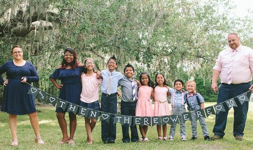 Da esquerda para a direita: Jessaka (mãe) Maria, 14 anos; Elizabeth, 11; Guillermo, 10; Jason, 8; Kristina, 7; Katerin, 7; James, 5 e Joshua (pai). (Foto: enna Davis Photography)
