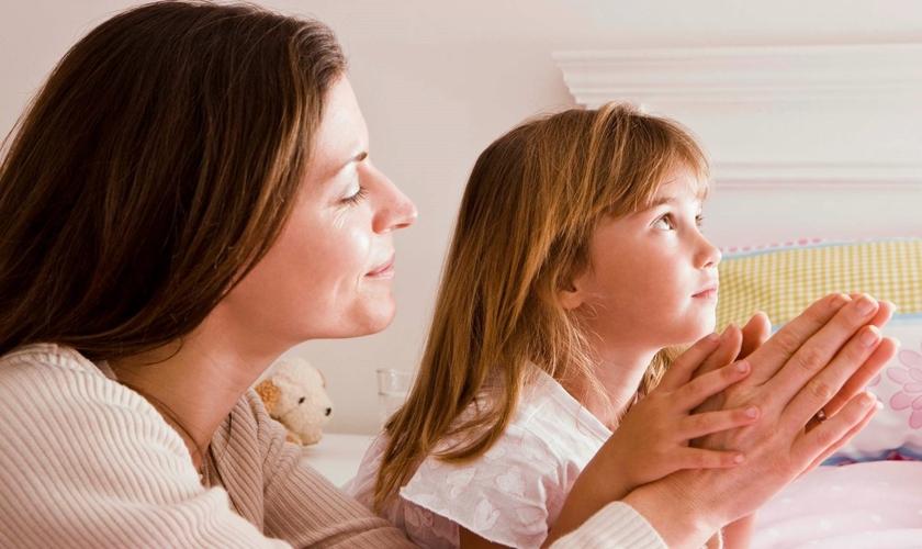 Mãe e filha orando. (Foto: Obvious)