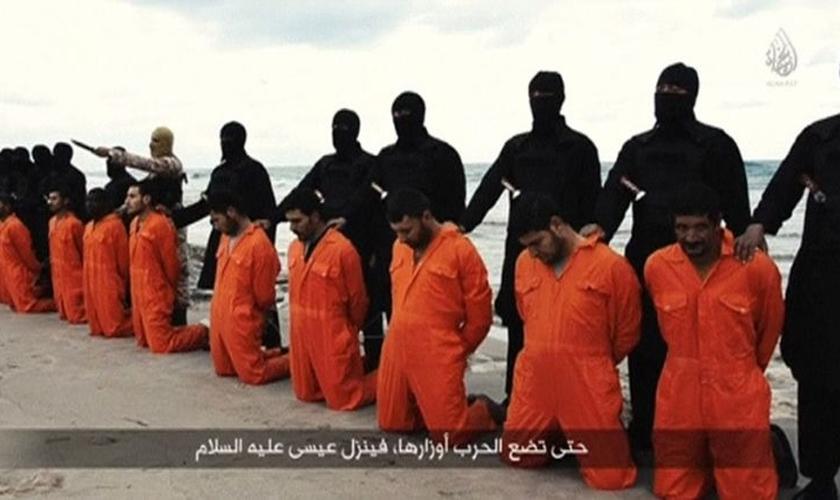 Estado Islâmico decapitou 21 cristãos em uma praia da Líbia, em fevereiro de 2015. (Imagem: Youtube)
