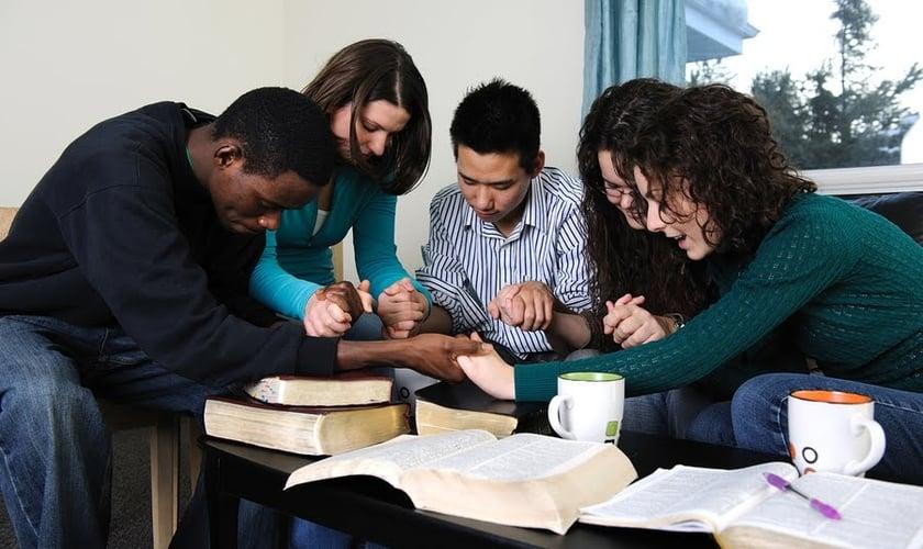Grupo de oração. (Foto: Empire News)