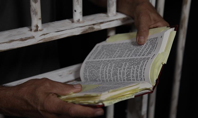 Homem lê Bíblia na prisão. (Foto: United Church of Christ)