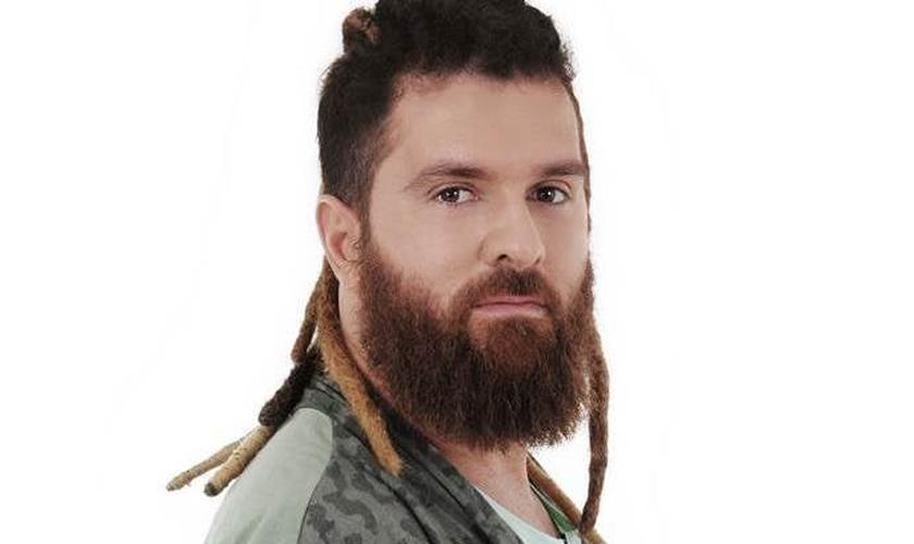 Seo faz uso do rastafári e usa barba grande. Ele afirma já foi alvo de preconceito por causa disso. (Foto: Divulgação).