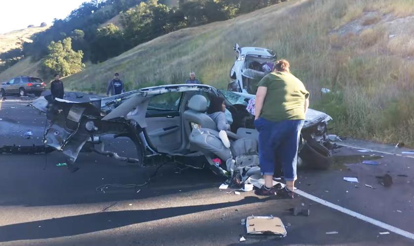 O carro de Apol Lansang foi partido ao meio, mas ela não sofreu ferimentos graves. (Foto: Reprodução/Tom Bond)
