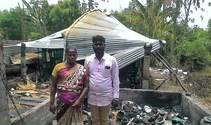 Pastor John Muller e sua esposa perderam casa e igreja após incêndio. (Foto: Morning Star News)