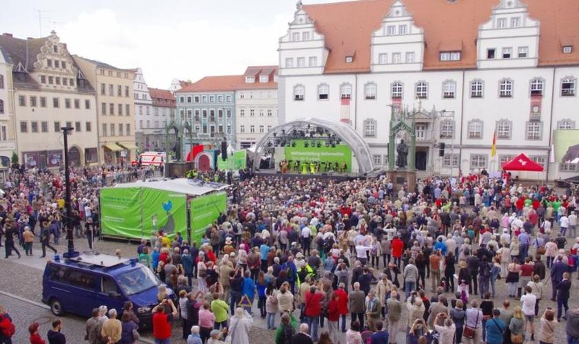 Mais de 4 mil pessoas participaram de um culto em praça pública, na cidade Wittenberg, Alemanha. (Foto: Reuters)