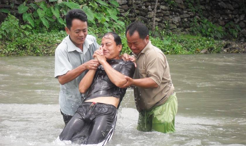 Homem é batizado no estado de Bengala Ocidental, na Índia. (Foto: Divulgação/Biglife)