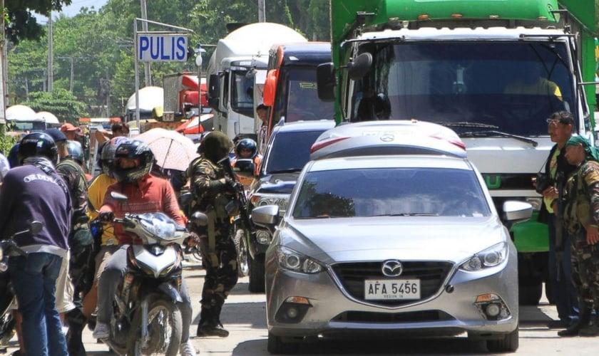 Soldados em posto de controle após o cerco de militantes muçulmanos em Marawi, nas Filipinas. (Foto: AP Photo)