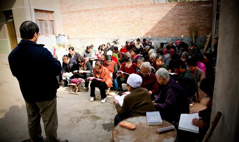 Cristãos se reúnem clandestinamente para estudar a Bíblia na Coreia do Norte. (Foto: World Help)