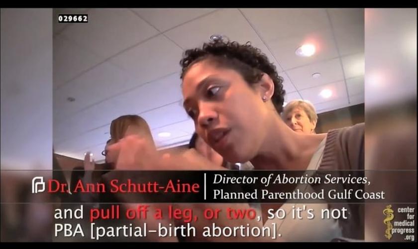 Funcionária da Planned Parenthood explica como desmembra um bebê durante o aborto. (Imagem: Youtube)