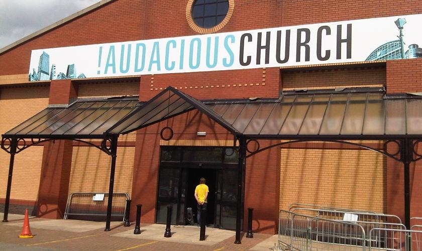 """Fachada da """"Audacious Church"""", em Manchester. (Foto: Audacious Church)"""