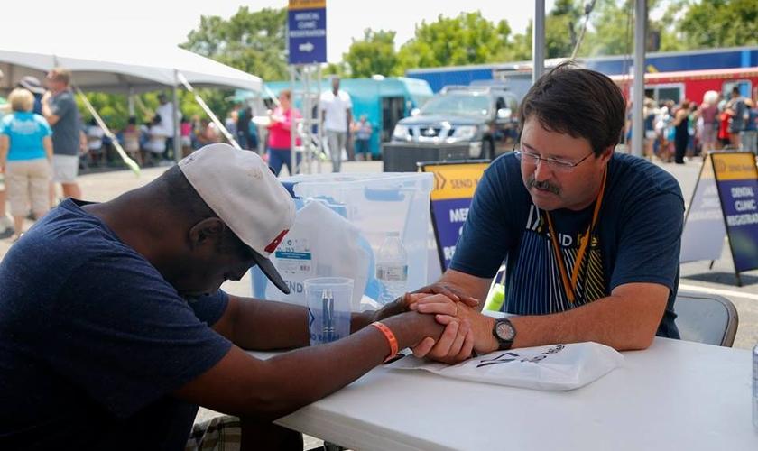 A igreja realiza ações sociais para criar vínculos com a comunidade. (Foto: Reprodução/Facebook).