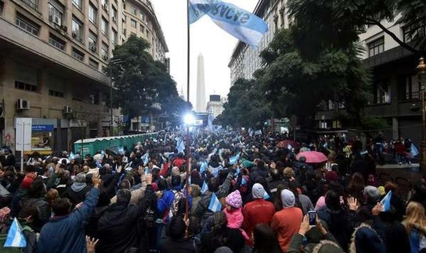 Avenida ficou lotada de evangélicos orando e cantando em Buenos Aires. (Foto: Evangelical Focus)