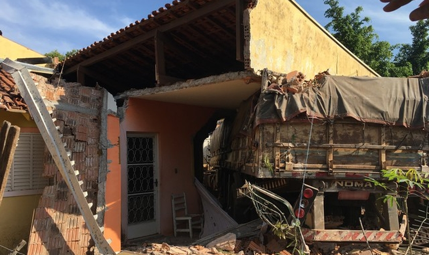Carreta invadiu residência em Presidente Prudente, no interior de SP. (Foto: Valmir Custódio/G1)