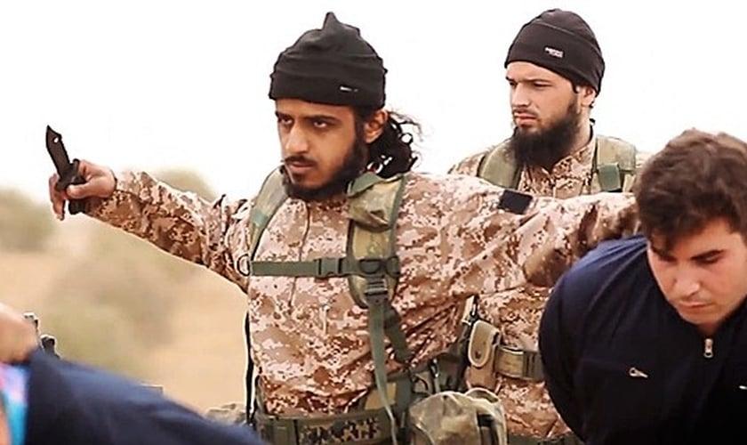 Terroristas do Estado Islâmico se preparam para degolar reféns diante das câmeras. (Imagem: Youtube)