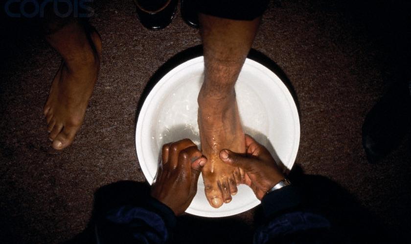 Imagem ilustrativa. Atletas missionários lavaram pés de cristãos em aldeia na Índia. (Foto: Homer Sykes/Corbis)
