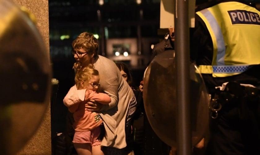 Mulher acolhe garotinha em meio à tensão do recente ataque terrorista, próximo à Ponte de Londres. (Foto:NBC)
