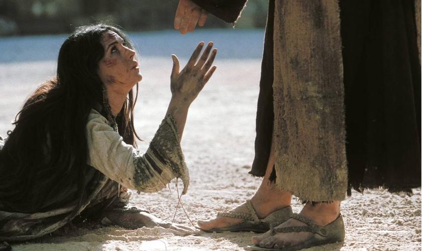 Jesus ajuda mulher adúltera. (Imagem: Youtube)