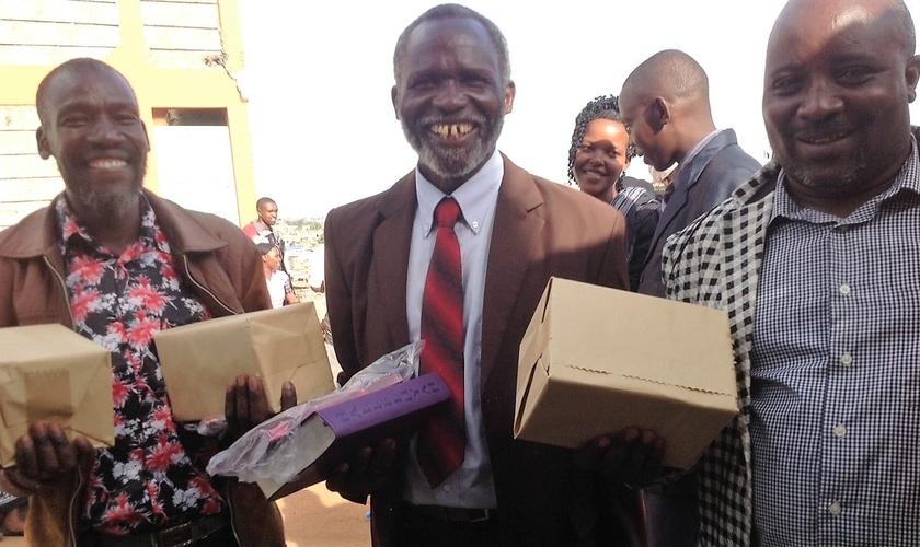 Líderes cristãos recebem Bíblias de presente. (Foto: halleluyahscriptures)