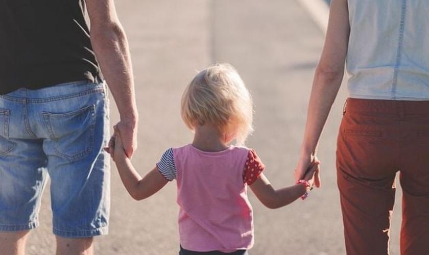 Pais passeam de mãos dadas com filha. (Foto: Pixabay/Pexels)