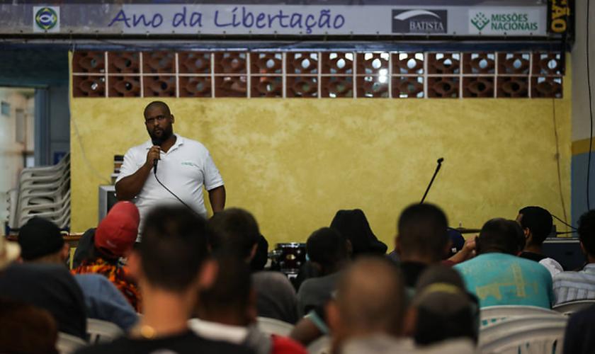 Culto realizado pela Cristolândia para moradores e usuários de crack do centro de São Paulo. (Foto: Zanone Fraissat/Folhapress)