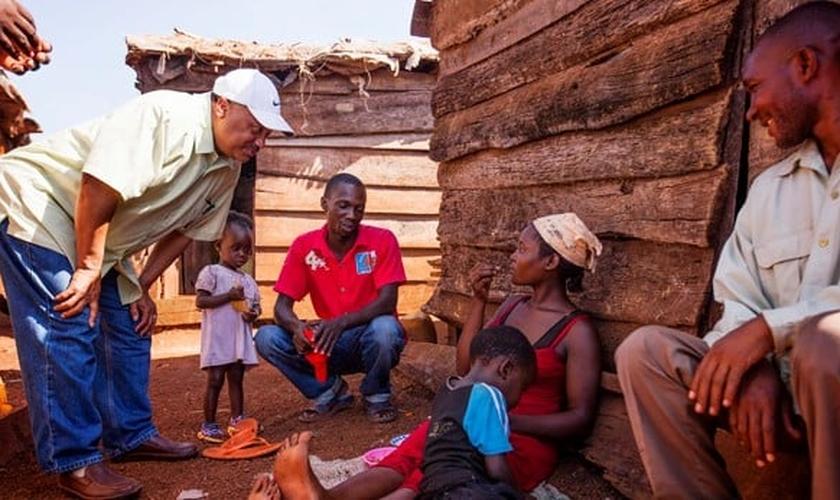 Missionário ligado à Convenção Batista do Sul (EUA) conversa com família em Uganda. (Foto: Religion News Service)