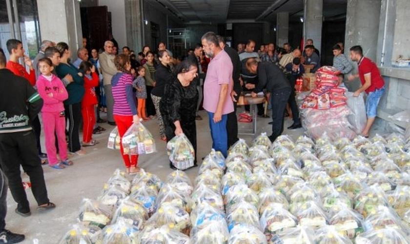 Refugiados do Iraque recebem doações enviadas pela Missão Portas Abertas. (Foto: Portas Abertas - USA)