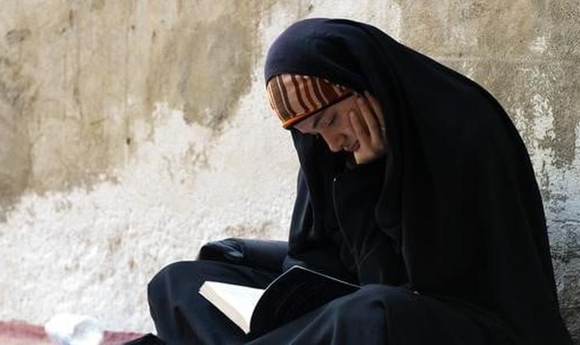 Muçulmana se assenta para ler. (Foto: openDemocracy)