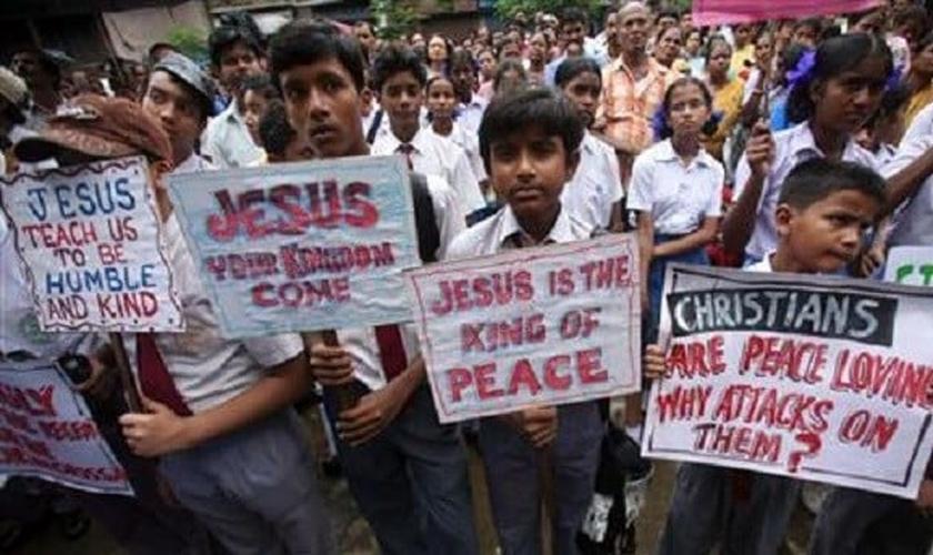 Crianças participam de manifestação pacífica cristã na Índia. (Foto: Reuters)