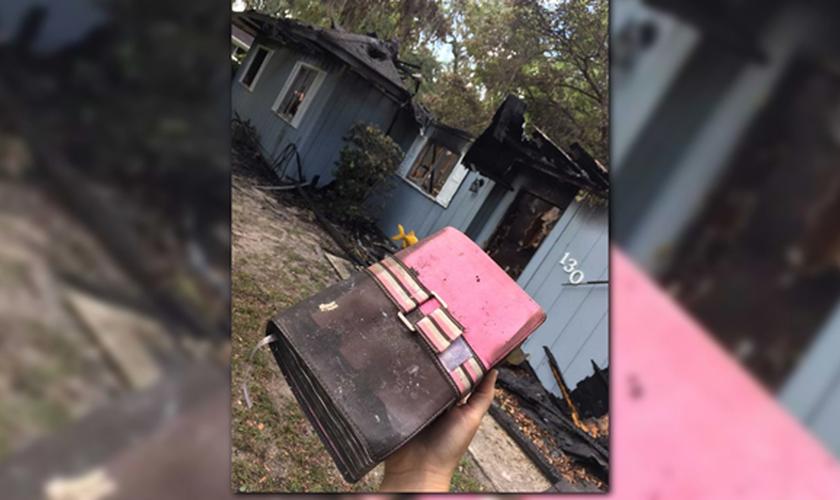 A Bíblia de Rachel Still saiu intacta do incêndio que atingiu a casa onde ela morava com seus tios. (Foto: Facebook)