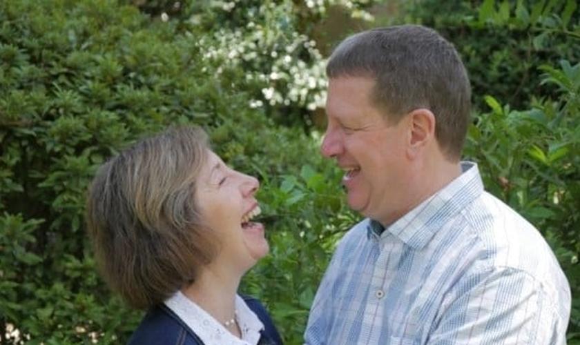 Lee Strobel e sua esposa. (Foto: LeeStrobel.com)