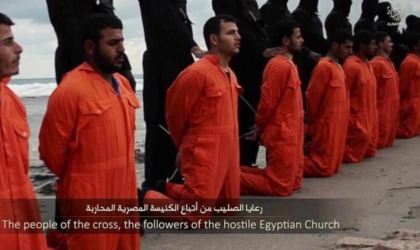 21 cristãos coptas foram degolados pelo Estado Islâmico em uma praia da Líbia, em fevereiro de 2015. (Imagem: Youtube)