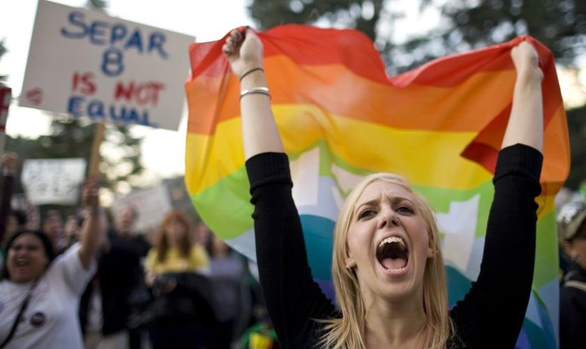Militantes LGBT protestam em ruas dos EUA. (Foto: NewNowNext)