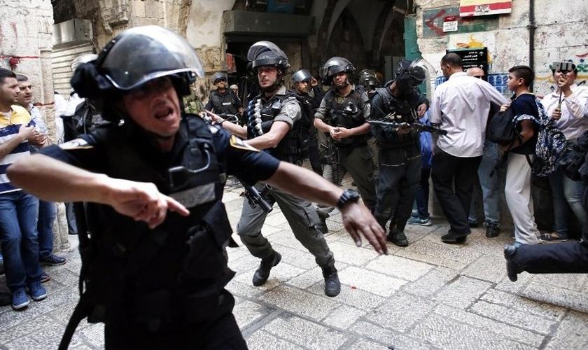 Policiais se agitam próximos à cidade velha de Jerusalém. (Foto: The Times Of Israel)