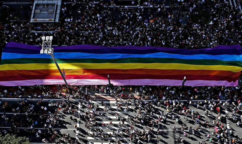Bandeira do orgulho LGBT é carregada pela Avenida Paulista durante a Parada Gay. (Foto: Miguel Schincariol/AFP)