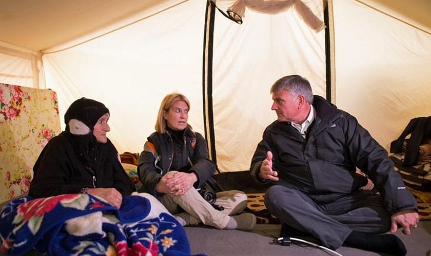 Franklin Graham (direita) conversa com refugiadas. (Foto: Samaritan's Purse)