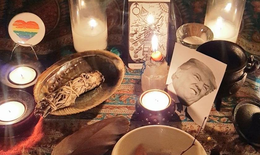 Bruxas compartilharam fotos de seus rituais de feitiçaria contra Trump. (Foto: Twitter)