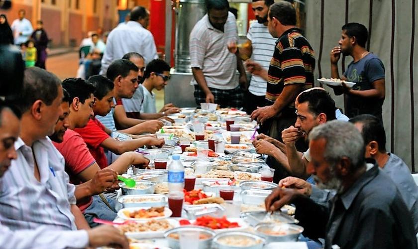 Cristãos e muçulmanos se assentam à mesma mesa para jantar e conversar, ainda no período do Ramadã. (Foto: Reuters)