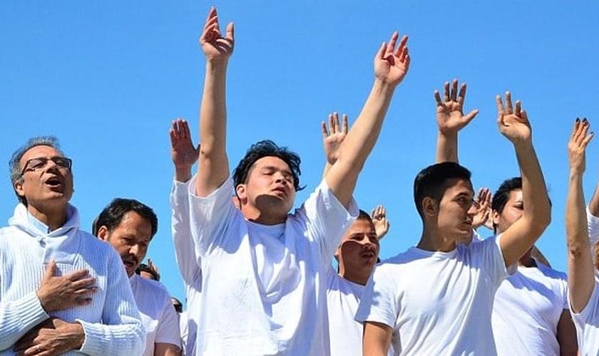 Cerca de 80 refugiados do Afeganistão e Irã são batizados em cerimônia na Alemanha. (Foto: Camera Press)