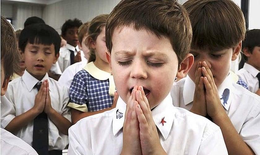 Resultado de imagem para crianças rezando escola