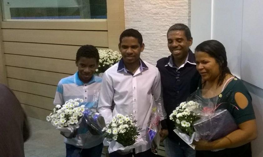 Vilson teve a alegria de ver sua esposa e filhos se batizando. (Foto: Reprodução).