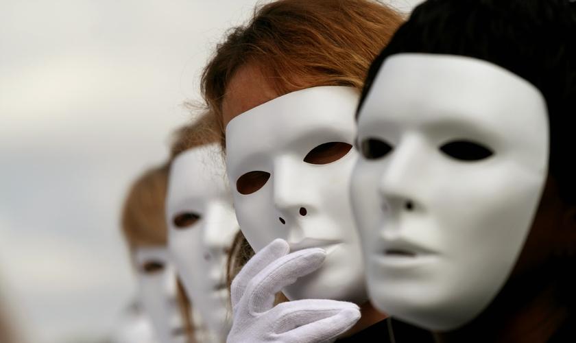 Cristãos religiosos usam 'máscaras espirituais' para disfarçar seus pecados. (Foto: Reprodução).
