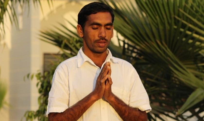 Cristão orando na Índia. (Foto: Portas Abertas)