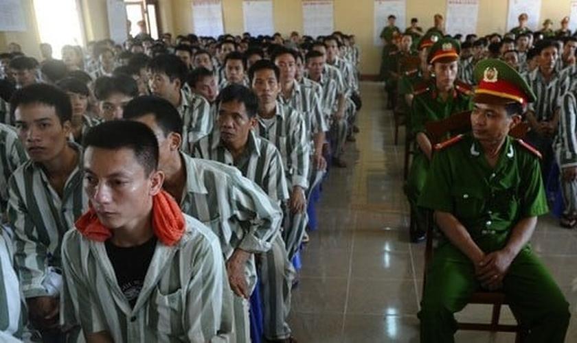 Detentos reunidos em salão de presídio, no Vietnã. (Foto: AFP)