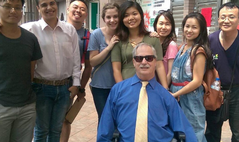 Chris Banducci com membros da igreja plantada por ele em Taiwan, Taoyuan Potters House. (Foto: Reprodução/Instagram)